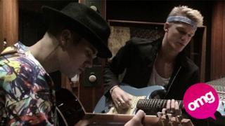 Justin Bieber e Cody Simpson suonano la chitarra in studio di registrazione