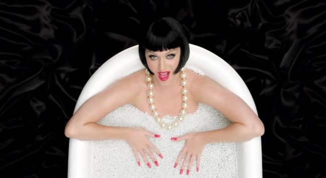 Katy Perry nella vasca da bagno con caschetto nero e unghie rosse