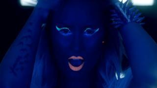 Demi Lovato sexy e con i capelli blu nel video di Neon Lights