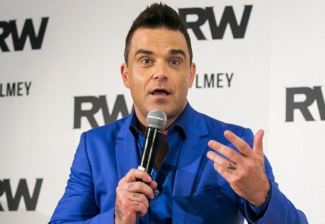 Robbie Williams durante la conferenza stampa del 6 ottobre 2015