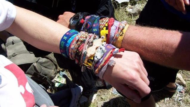 I braccialetti che si distribuiscono all'ingresso dei festival