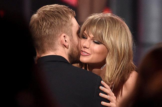 Calvin Harris bacia Taylor Swift sulla guancia durante una serata di gala