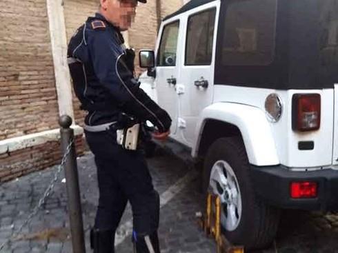 Vigili bloccano con le ganasce la Jeep di Renato Zero