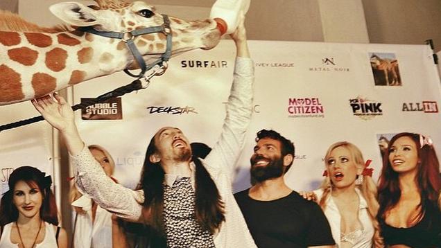 Steve Aoki ha portato una giraffa al party organizzato dal giocatore di poker Dan Bilzerian