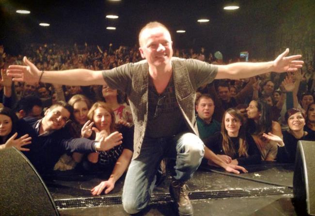Gigi D'Alessio con i ragazzi del fan clun
