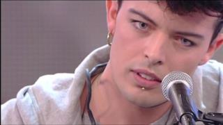 Stash dei The Kolors canta e suona dal vivo
