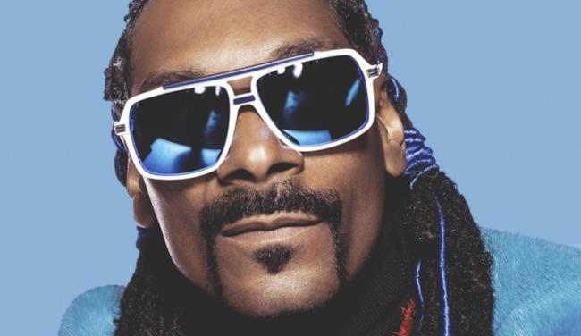 Primo piano di Snoop Dogg con occhiali da sole