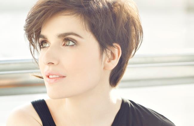 Erica Mou presenta il nuovo videoclip e i concerti estivi
