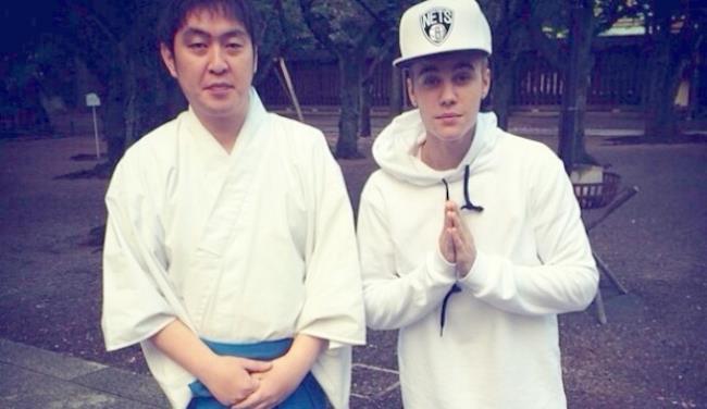Justin Bieber insieme a monaco scintoista