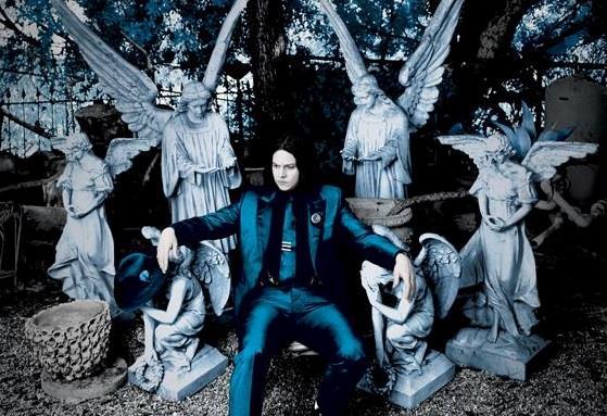 Jack White attorniato da statue di angeli