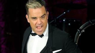 Robbie Williams si esibisce da solo