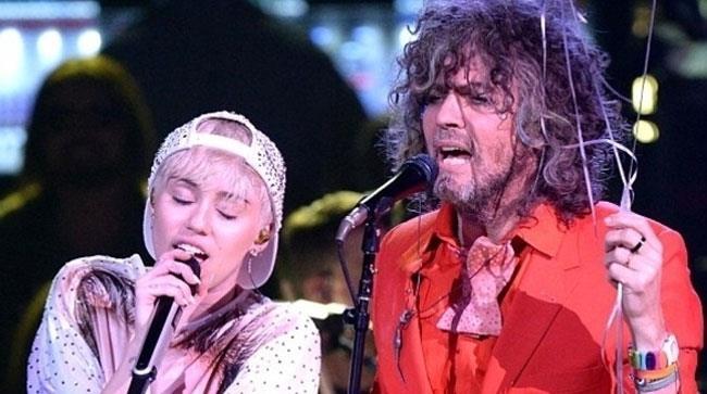 Miley Cyrus e Wayne Conye insieme sul palco
