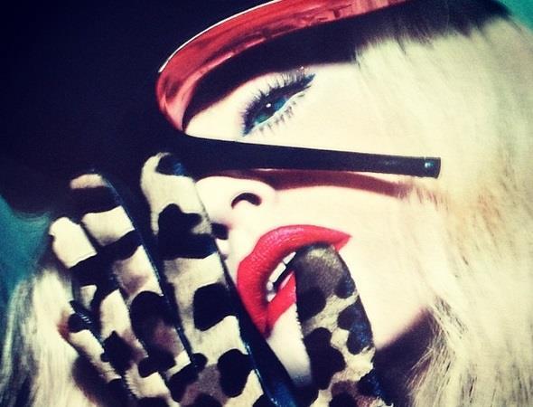Madonna fetish con tacco sul viso