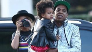 Jay-Z con la figlia Blue Ivy in braccio