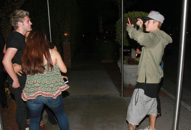 Justin Bieber fotografa Niall Horan in compagnia di alcune fans a Los Angeles
