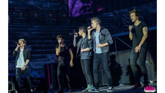 One Direction cantano sul palco