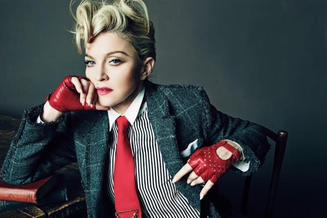 Primo piano di Madonna che fa l'occhiolino