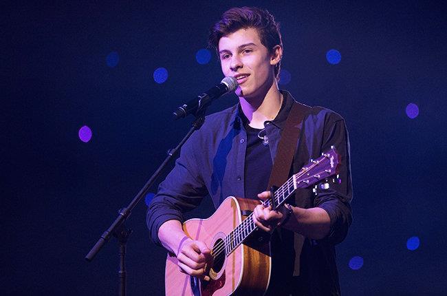 Shawn Mendes sul palco durante un'esibizione live
