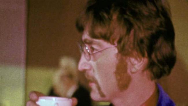 I Beatles affacciati in finestra.