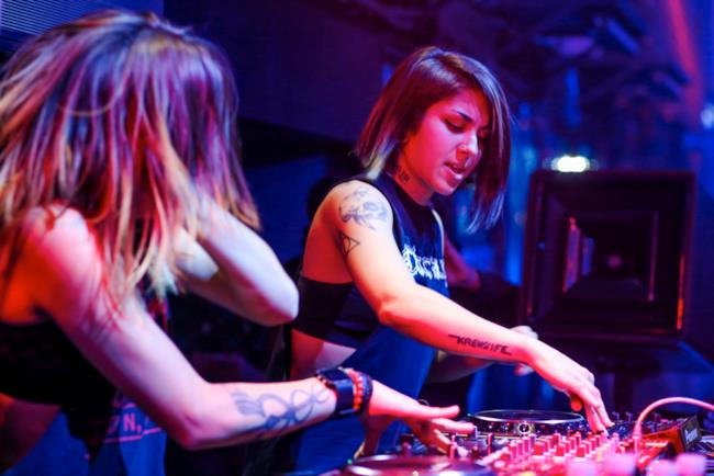 Le sorelle Yousaf, il duo Krewella, durante un live