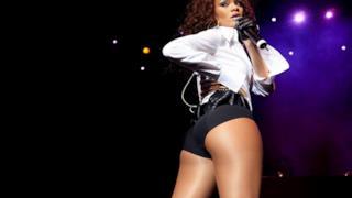 Rihanna di schiena mostra il sedere