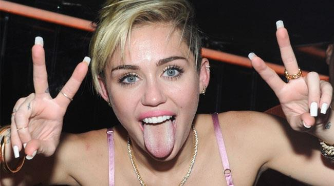 Miley Cyrus fa una linguaccia