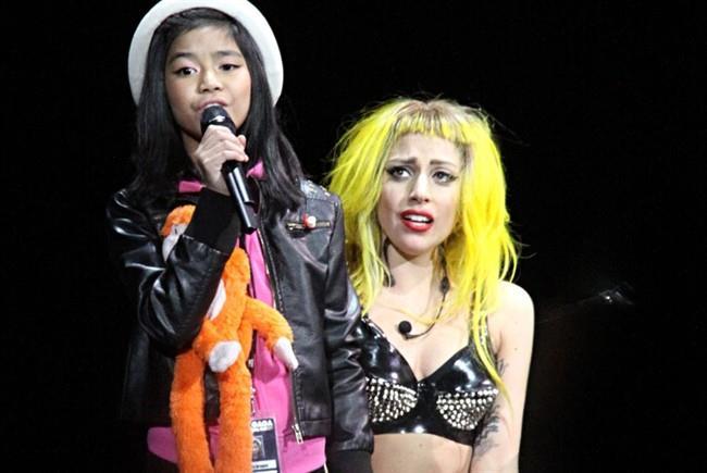 Lady Gaga con una fan sul palco