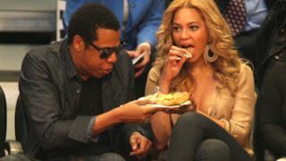 Beyoncé e Jay-Z mangiano junk food