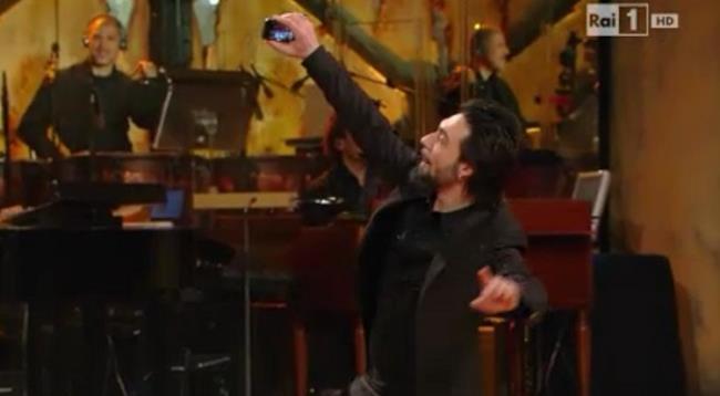Francesco Sarcina si fotografa col cellulare sul palco dell'Ariston