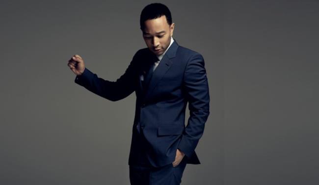 John Legend con vestito blu elegante