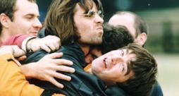 Liam e Noel Gallagher degli Oasis abbracciati
