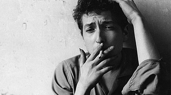 Primo piano di Bob Dylan mentre fuma