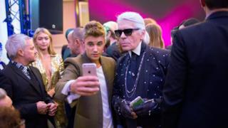 Justin Bieber si spoglia per Karl Lagerfeld