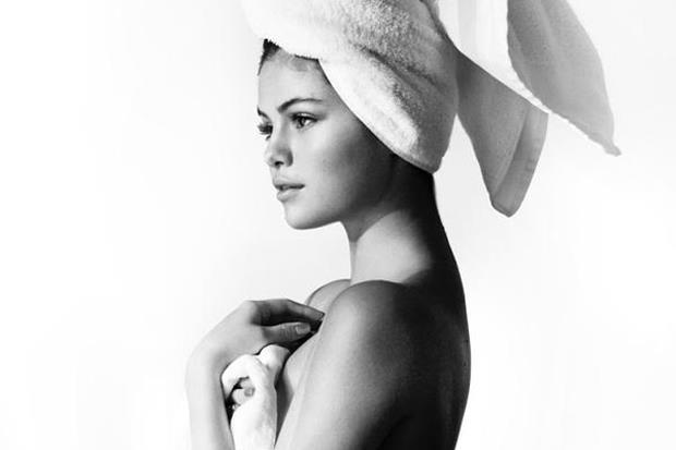 Selena Gomez nuda coperta solo da un asciugamano