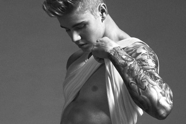 Justin Bieber senza maglia addominali