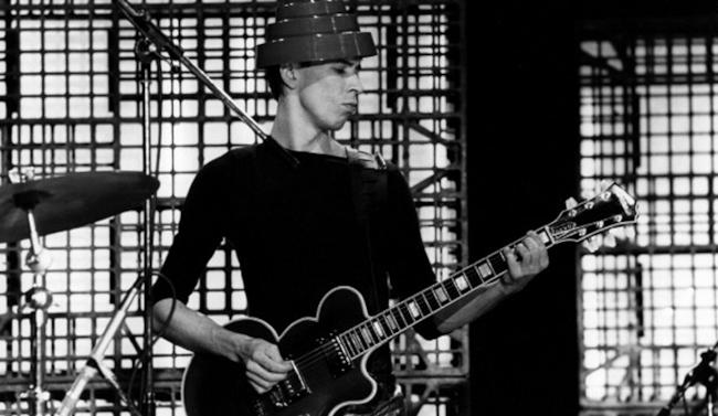 Bob Casale dei Devo durante un'esibizione