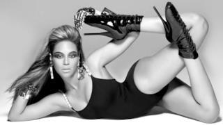Beyoncé con body nero e stivaletti di vernice