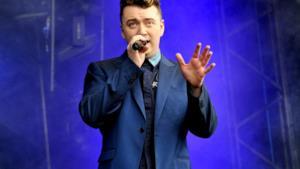 Sam Smith sul palco mentre canta dal vivo