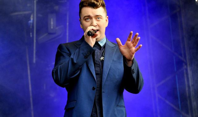 Sam Smith sul palco mentre canta dal vivo