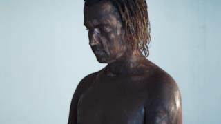 Valerio Scanu pieno di fango nel video di Parole di cristallo