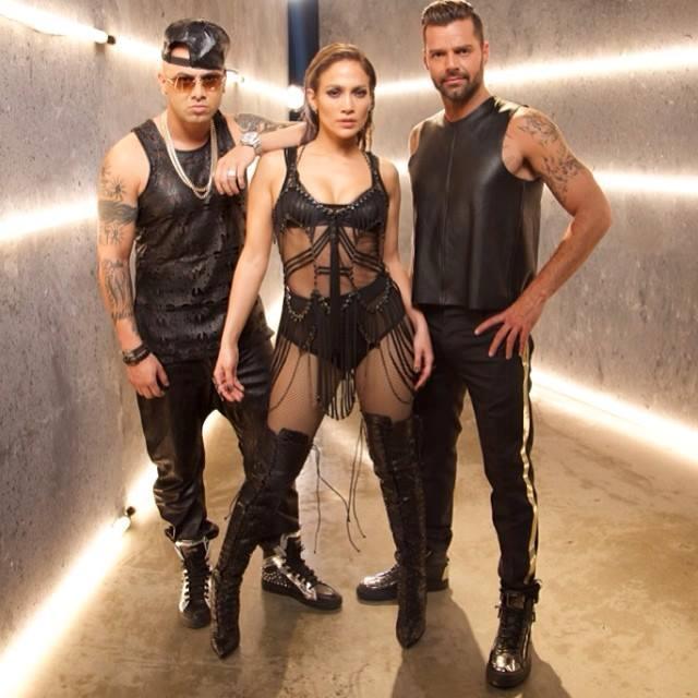 JLo, Ricky Martin e Wisin vestiti di pelle nera sul set del video