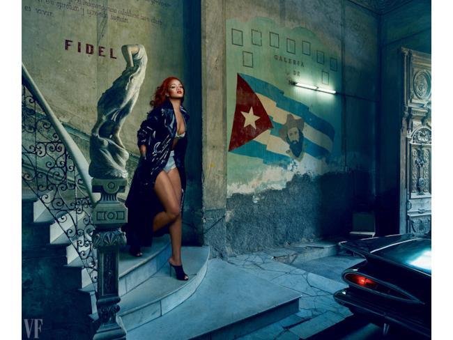 Rihanna scende le scale a Cuba