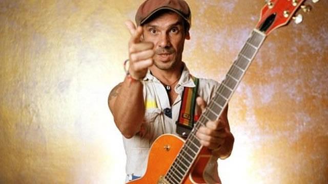 Manu Chao con la chitarra in mano