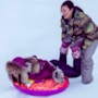 Rihanna scherza sulla neve con un'amica ad Aspen