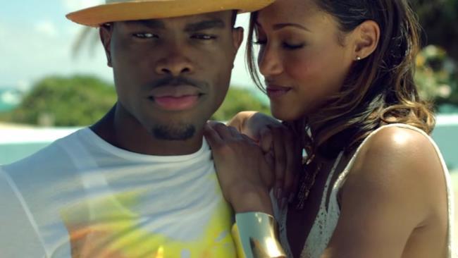 Il cantante giamaicano OMI nel video di Cheerleader