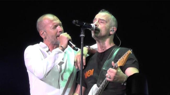 Biagio Antonacci e Eros Ramazzotti insieme durante un'esibizione live