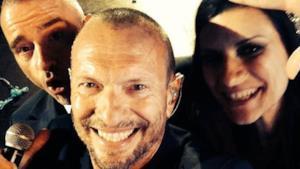 Selfie di Biagio Antonacci, Eros Ramazzotti e Laura Pausini sul palco