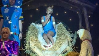 Lily Allen nel presepe vivente durante il suo concerto