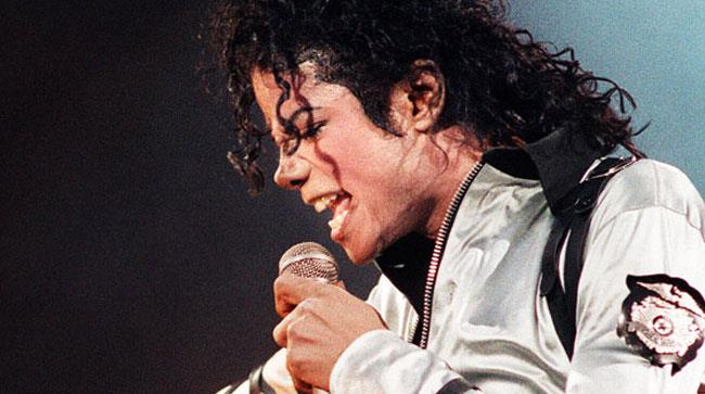 Michael Jackson canta sul palco