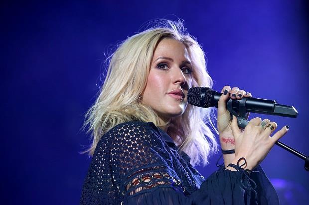 La bionda cantante inglese Ellie Goulding si esibisce dal vivo